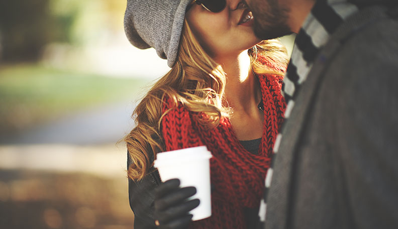 Comment-embrasser-une-amie